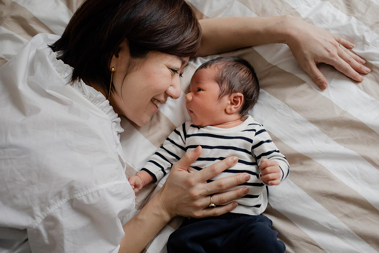 mama knuffelt met baby fotoshoot