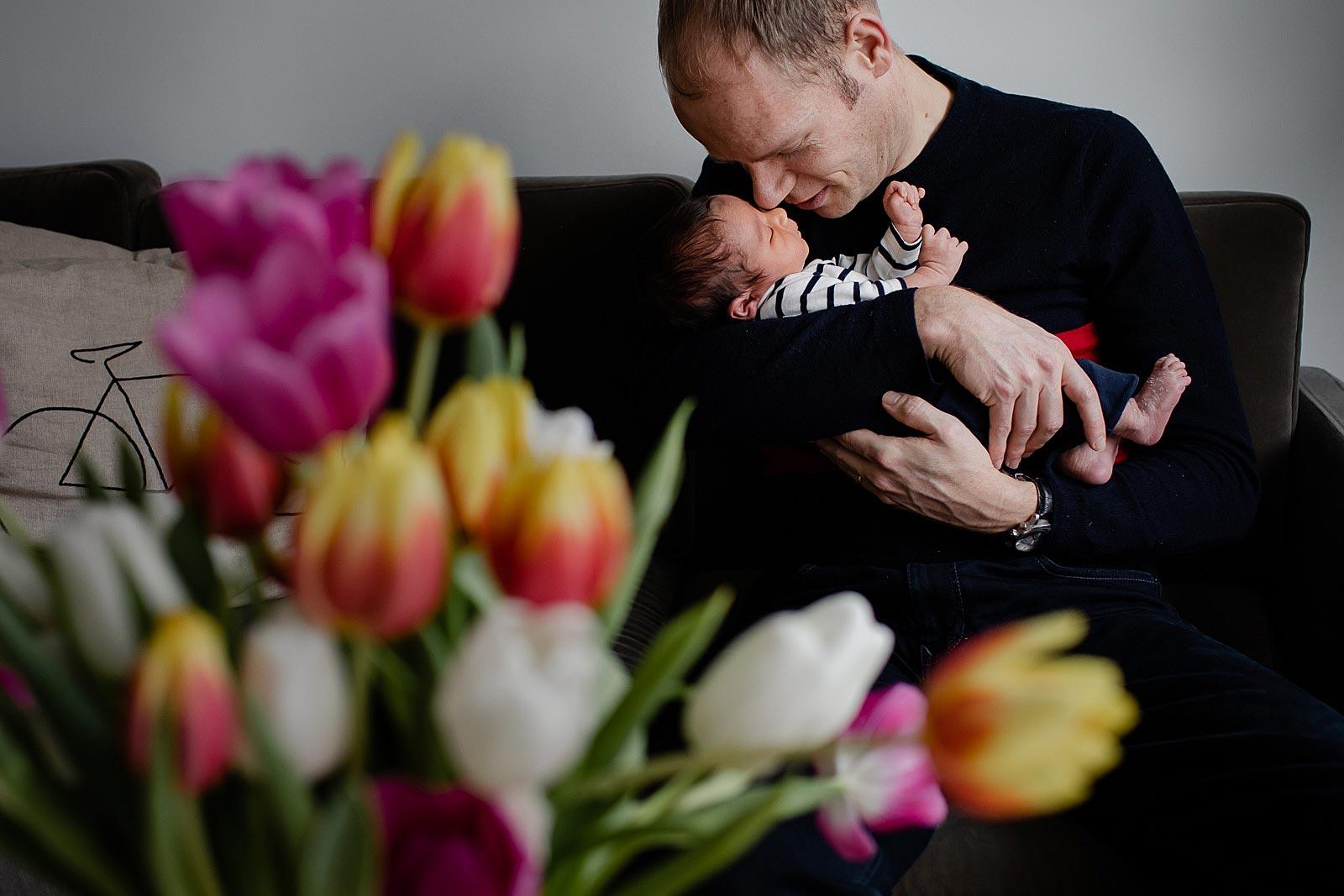 vader en pasgeboren baby fotoshoot amsterdam