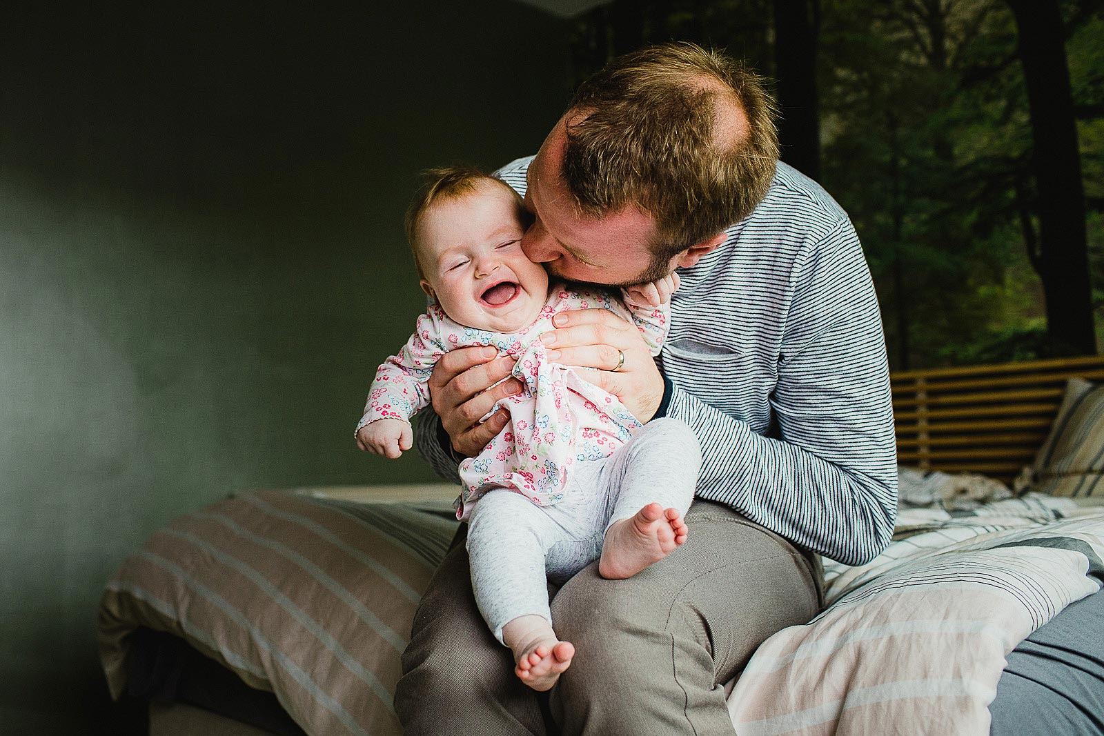 dad cuddles baby photoshoot amsterdam