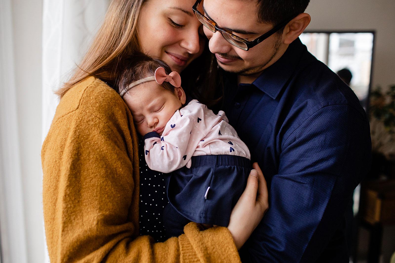 ouders knuffelen baby tijdens newborn shoot amsterdam