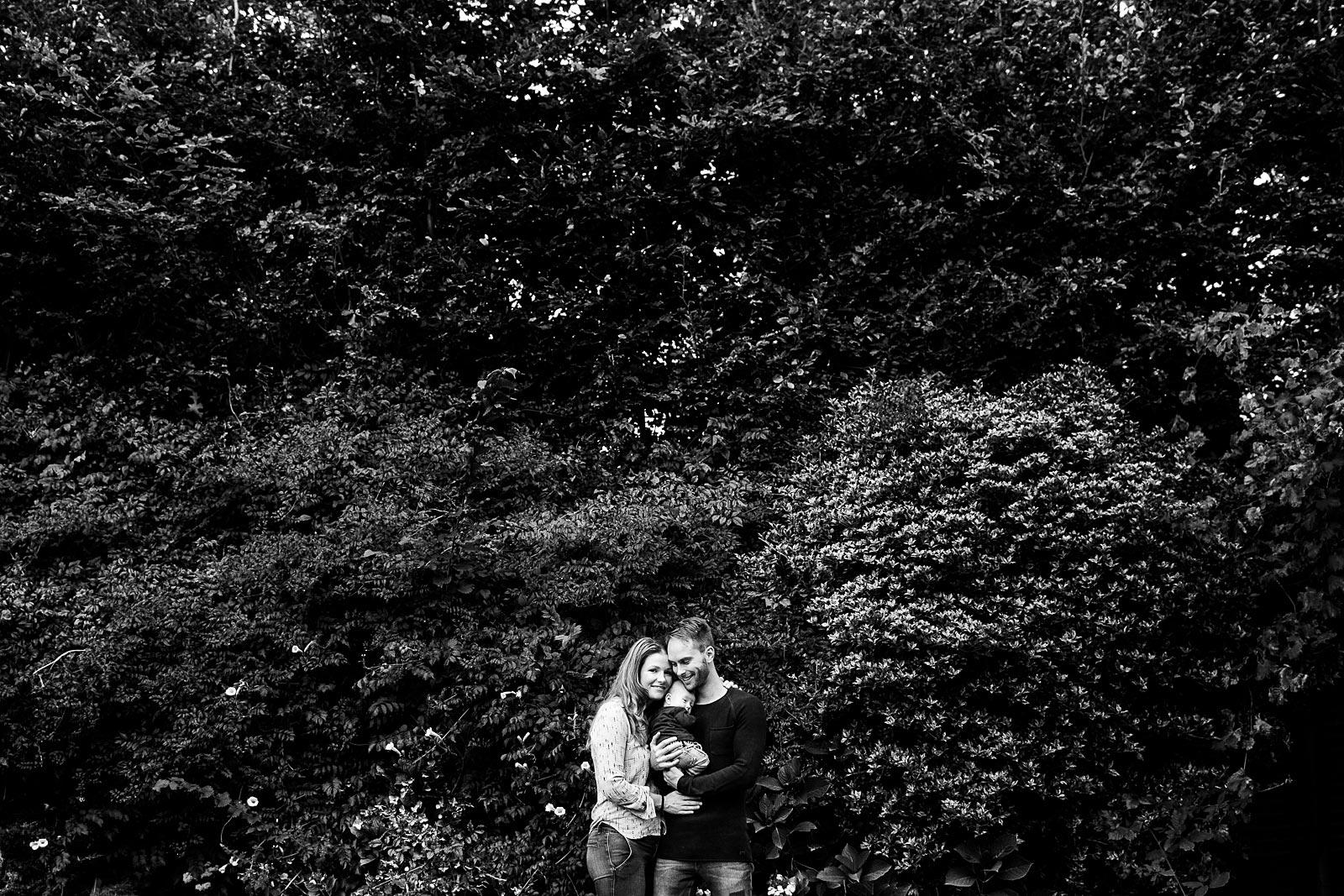 familiefoto in tuin tijdens newborn shoot amsterdam