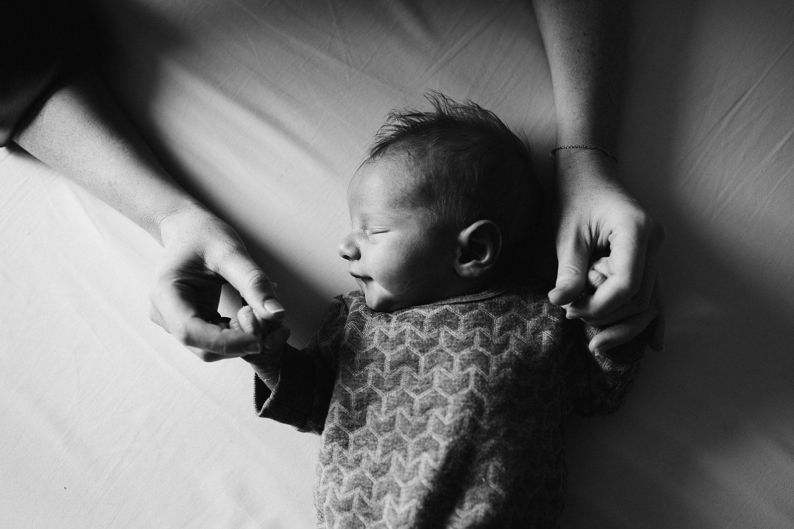 baby handjes in mamas handen tijdens newborn shoot amsterdam