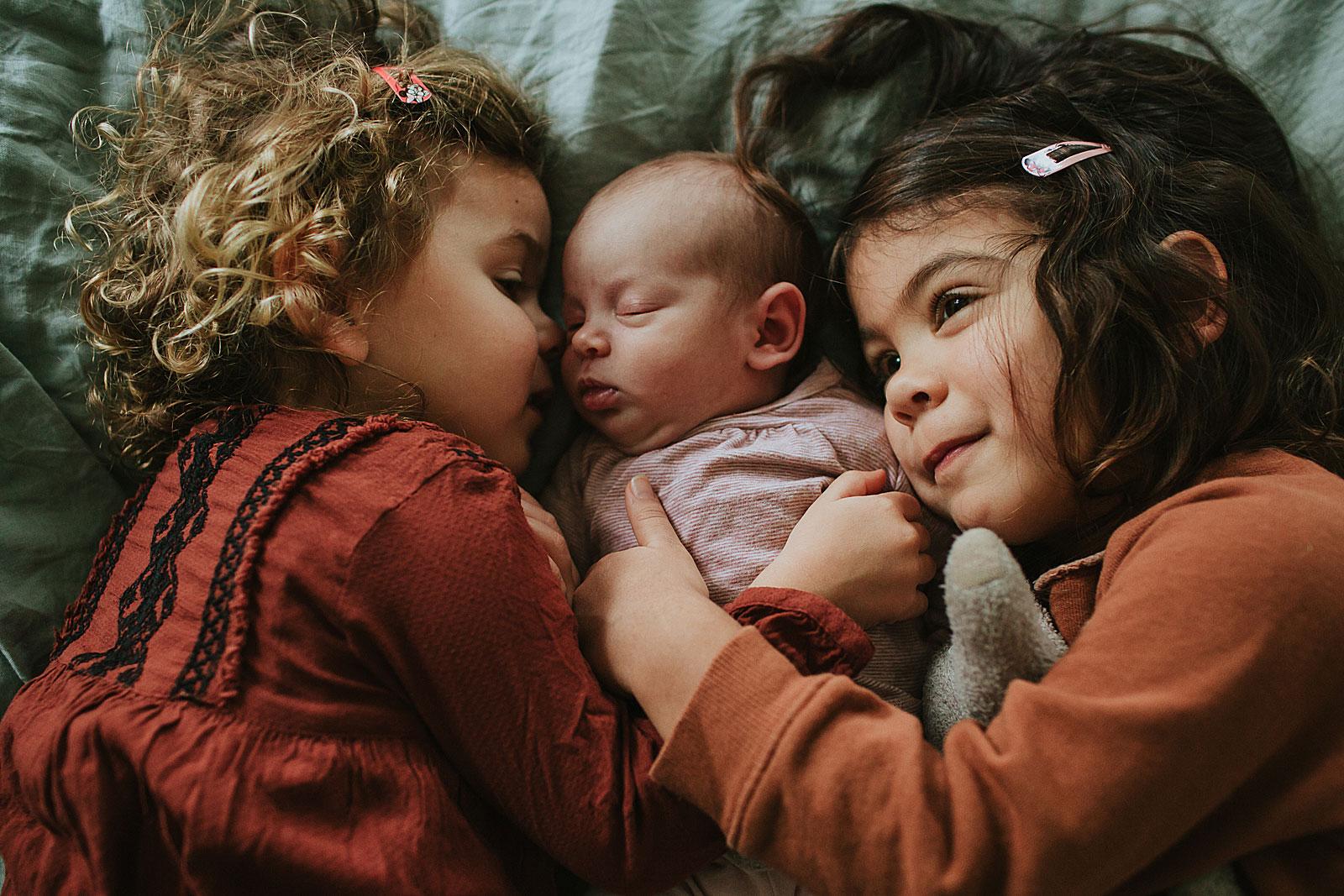 zussen met baby op foto in newborn shoot amsterdam