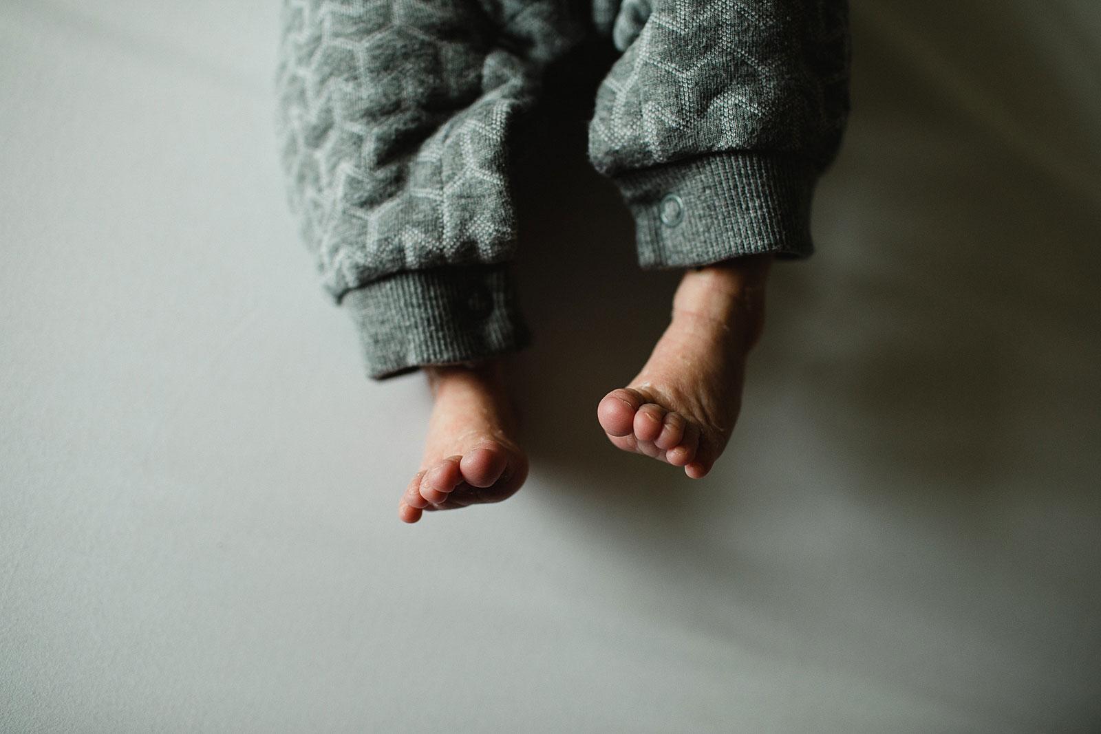 schattige baby teentjes op de foto in newborn shoot haarlem