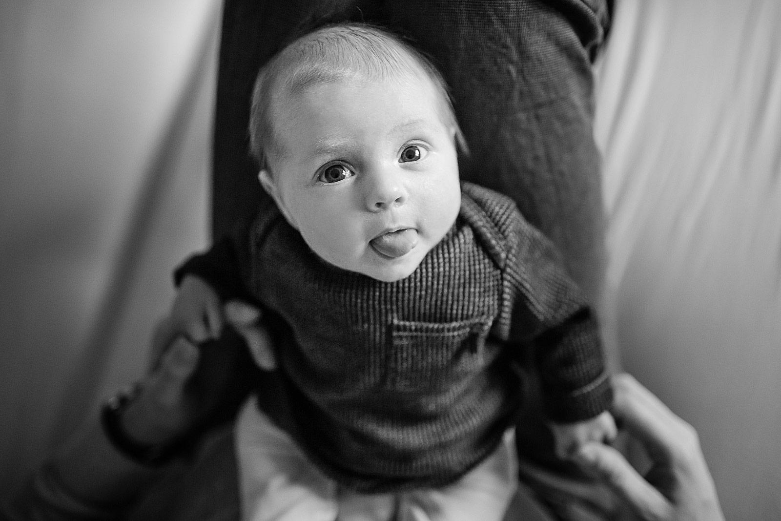 baby steekt tong uit tijdens newborn shoot haarlem
