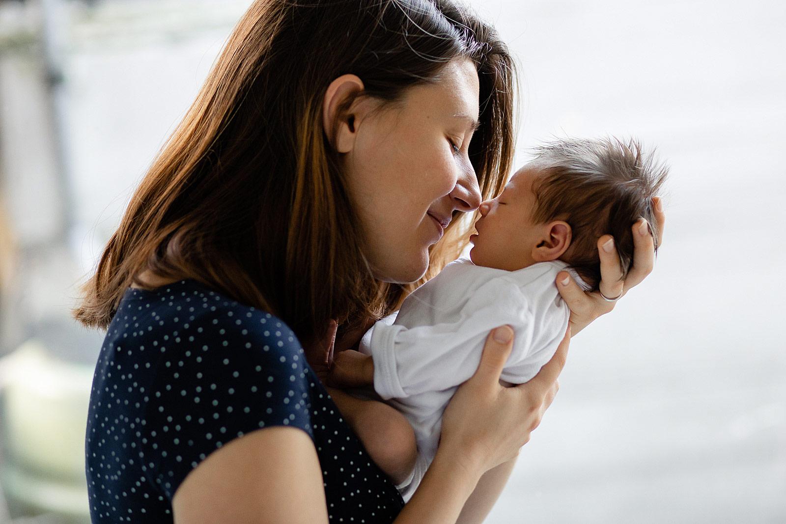 baby dichtbij mama tijdens newborn shoot haarlem