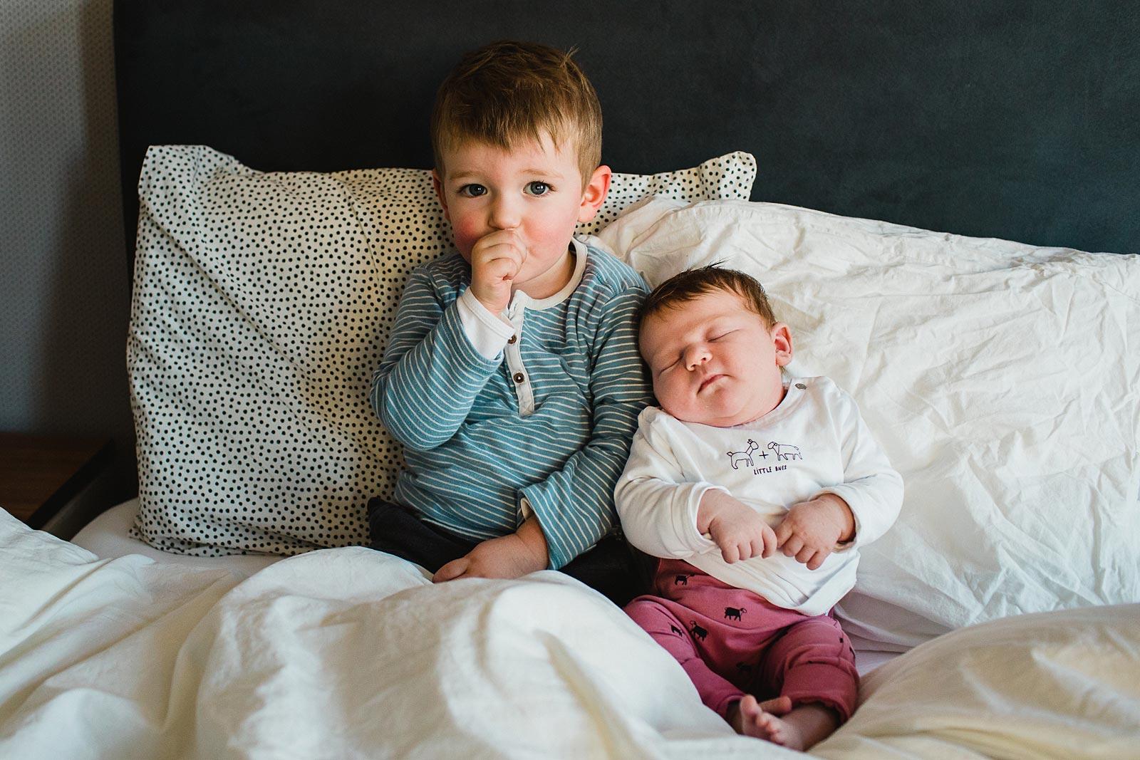 newborn shoot utrecht peuter met newborn op de foto