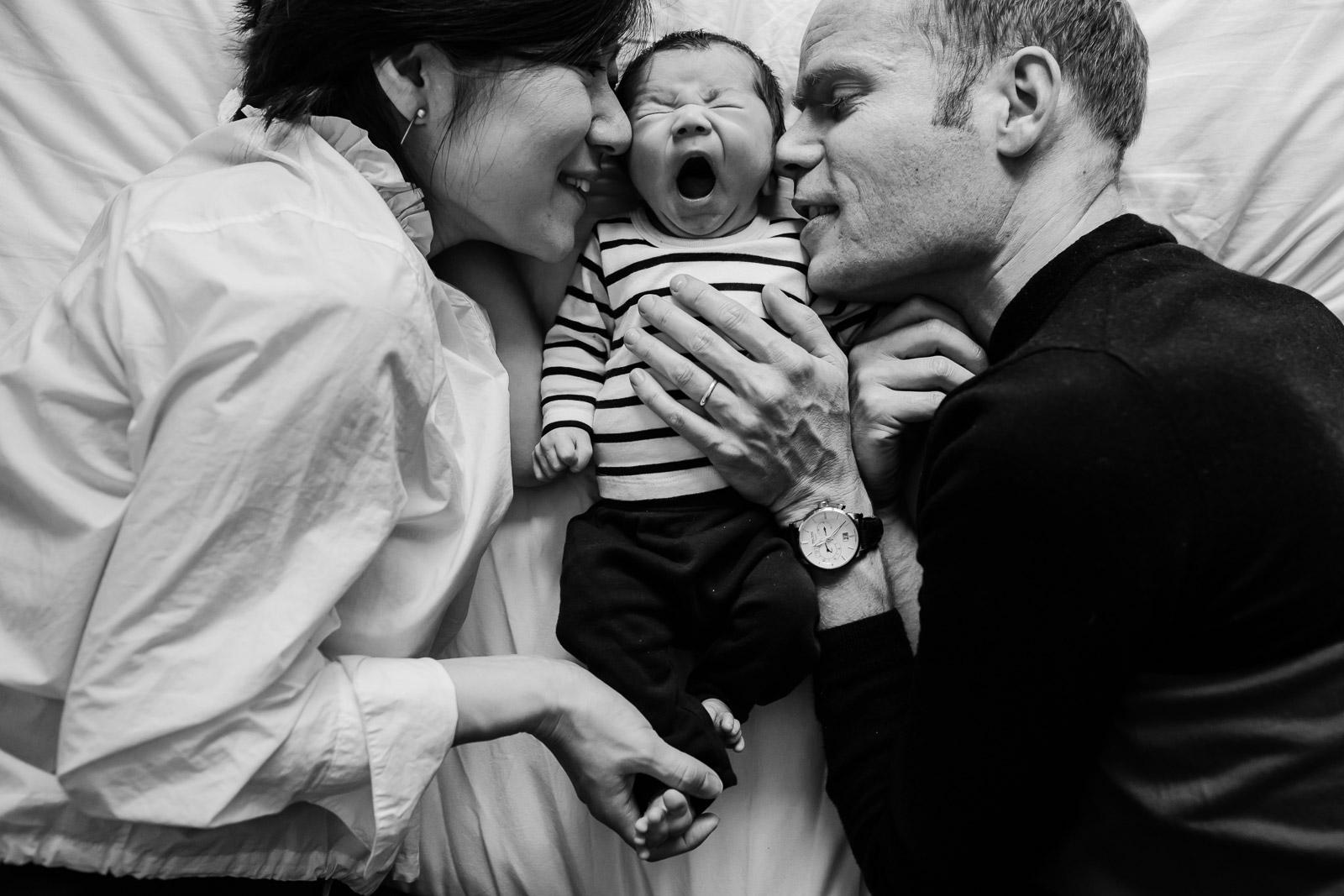 newborn shoot utrecht met baby en ouders op bed
